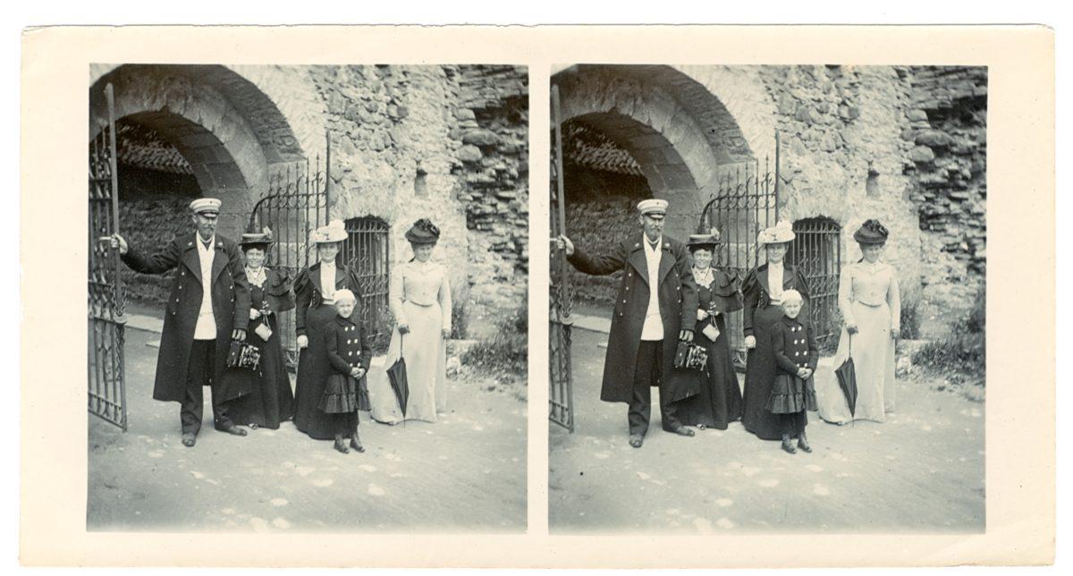 Haapsalu lossi peaväravtest sisenejad